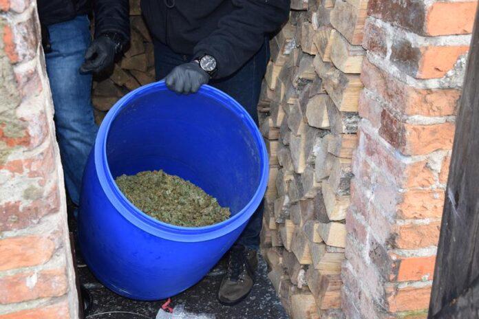 Znaleziono 22 kilogramy marihuany w beczkach